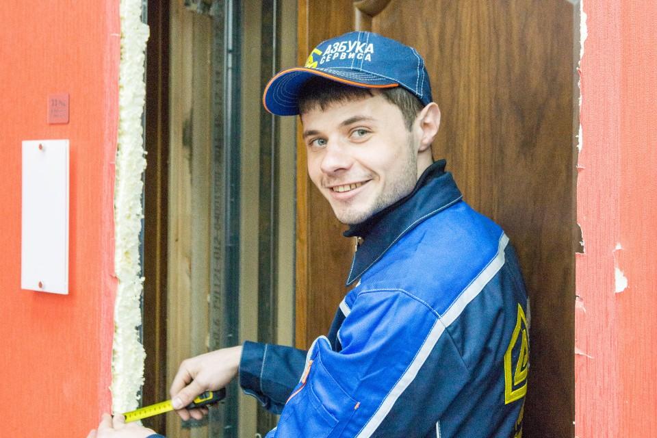 Это уже Иван, он в этом монтаже отвечал за установку коробки и наличников. Замер, как вы понимаете, здесь критично важен — пока у нас не было ни одного клиента, который хотел бы, чтобы дверь не закрывалась или была бы наклонена.