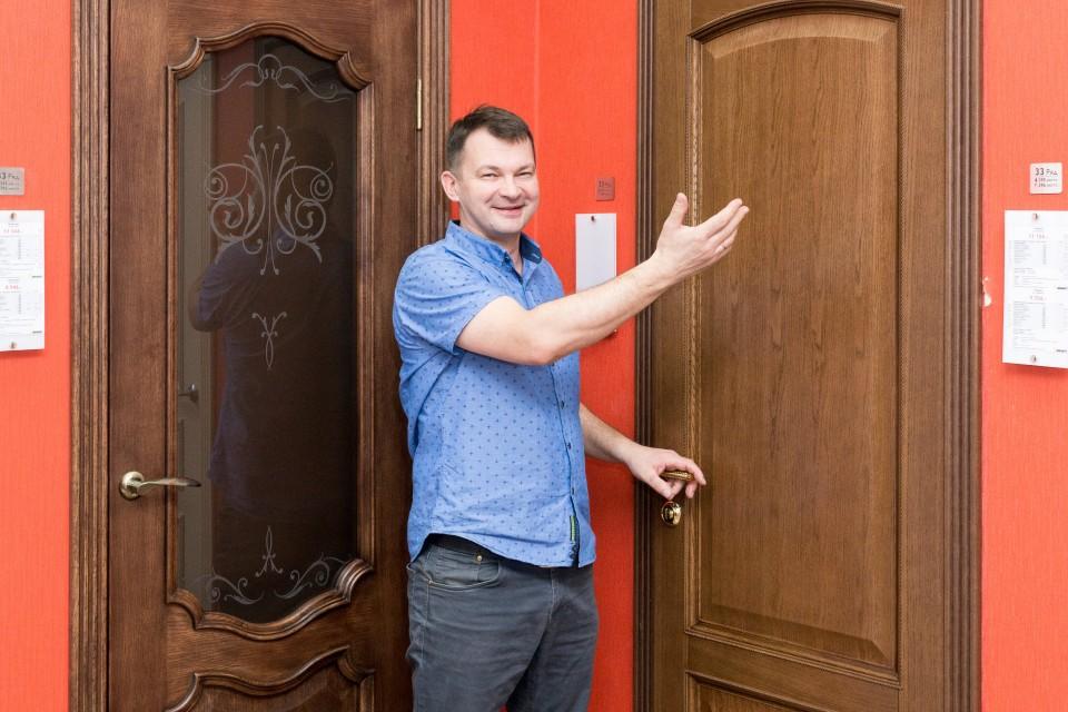 Теперь Василий Васильевич действительно доволен, принимайте работу. P.S. Данная установка производились на выставочном комплексе магазина «Двери Браво». Но вы можете найти дополнительные отчеты с наших «гражданских» объектов.