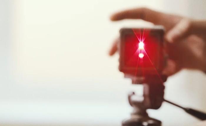 В работе мы используем современные инструменты. В том числе и лазерные измерительные приборы для разметки проема.