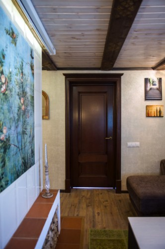 Красивый, уютный образ, умело дополненный акцентом темной двери.